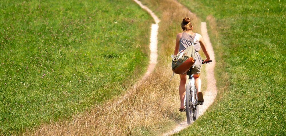 junge frau radelt über Feldweg fietzfofotos pixabay - Ausschnitt